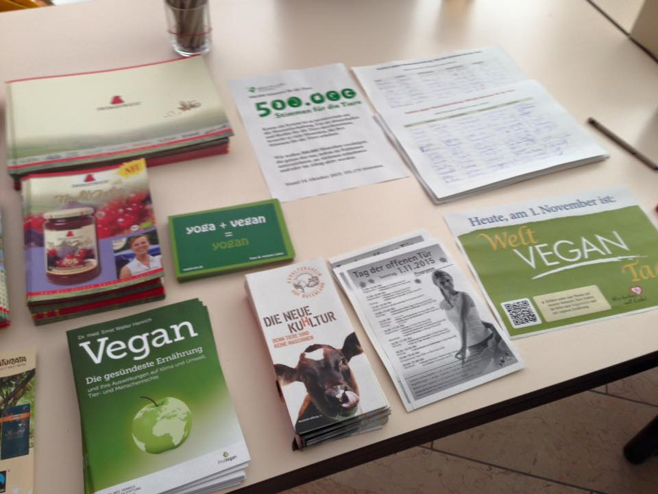 Welt Vegan Tag, Christina und das Muh Shanti Team gedenkt auch in Bad Meinberg an das Leid der Tiere und sammelt viele Spenden.